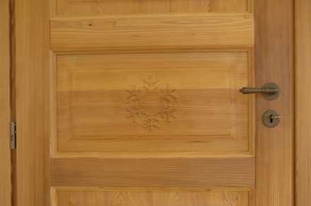 Dettaglio porta fiocco di neve: Finestre in stile  di Sangineto s.r.l