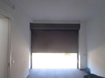 Garagem : Garagens e arrecadações rústicas por Arteprumo, LDA