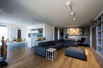 Casa E: Soggiorno in stile in stile Moderno di Laboratorio di Progettazione Claudio Criscione Design