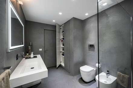 Casa E: Bagno in stile in stile Moderno di Laboratorio di Progettazione Claudio Criscione Design