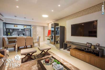 Projeto de interiores de um apartamento moderno: Salas de estar modernas por Casa de Três