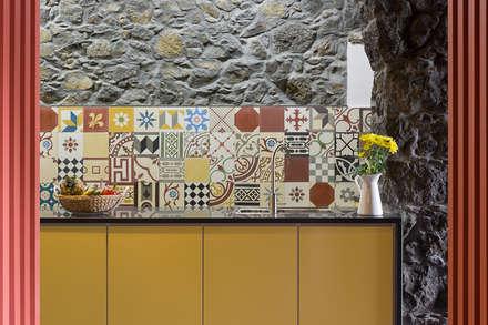Azorean Urban Lodge: Cozinhas rústicas por ARCO mais - arquitectura e construção