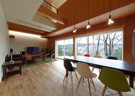 T-house: coil松村一輝建設計事務所が手掛けたリビングです。