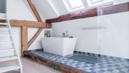 Herindeling woonboerderij met behoud van oude spanten, luxe woonkeuken en open slaapkamer met badkamer in zolder: moderne Badkamer door Joep van Os Architectenbureau