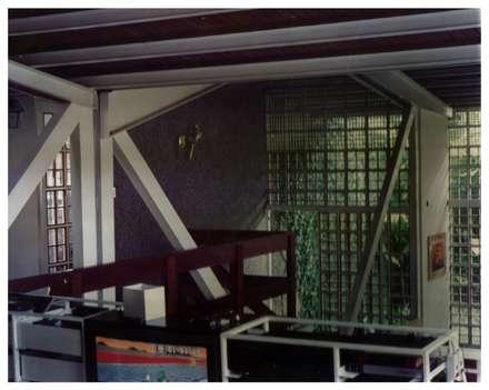 Sala de Estar: Salas de entretenimiento de estilo industrial por R+P