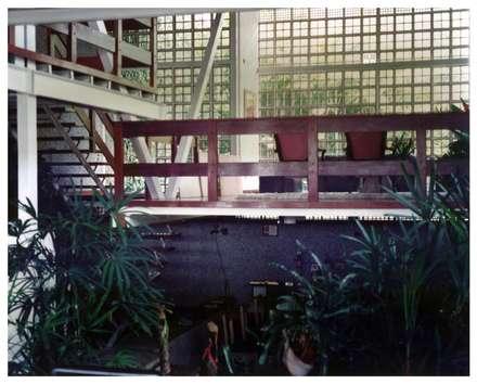 Jardín interno: Jardines de estilo industrial por R+P