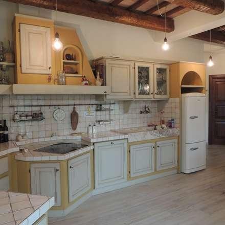Dettaglio della cucina in muratura: Cucina in stile in stile Rustico ...