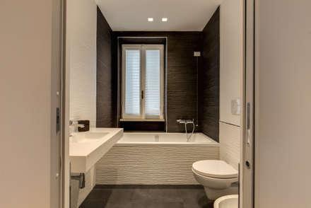 TRIESTE : Bagno in stile in stile Moderno di MOB ARCHITECTS