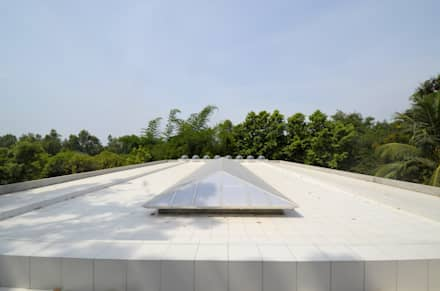 Roof With a Polycarbonate cover for the cut-out: modern Pool by C&M Architects