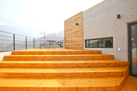 우리가족에게 전원주택이란, : 한글주택(주)의  발코니, 베란다 & 테라스