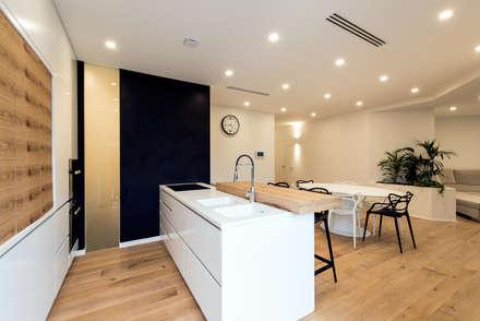 PASSIVE HOUSE: Cucina in stile in stile Moderno di Tommaso Giunchi Architect