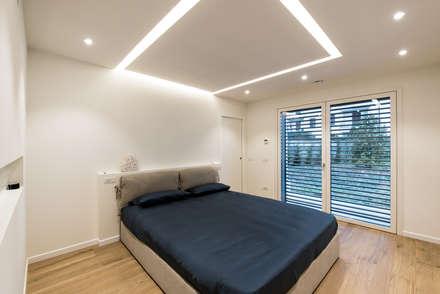PASSIVE HOUSE: Camera da letto in stile in stile Moderno di Tommaso Giunchi Architect