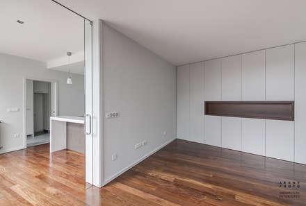 Casa JF02 - Ovar | Reabilitação de Moradia: Corredores, halls e escadas modernos por ARKHY PHOTO