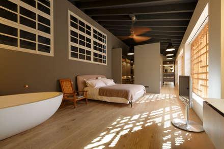 Main bedroom: industrial Bedroom by aquaquae