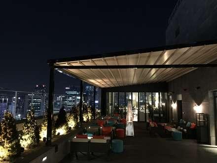 명동 롯데 호텔 21층 루프탑바 설치전경 ( lotte L 7 hotel    21st floor  rooftop bar   : novo skyawning): 실링하우스 ( ceilinghouse)의  발코니, 베란다 & 테라스