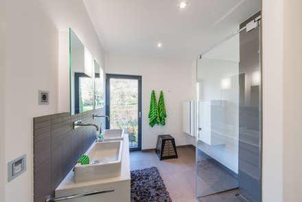Individuelles Doppelhaus an der Bergstraße: minimalistische Badezimmer von Helwig Haus und Raum Planungs GmbH