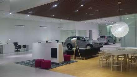 : Concesionarios de automóviles de estilo  por Planificación y Proyectos S.A.S.