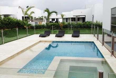 Casa campestre Neiva Huila: Piscinas de estilo moderno por AV arquitectos