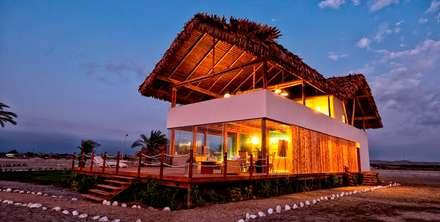 CASA EN PLAYA DEL CARMEN: Casas de estilo rústico por YUPANA Arquitectos