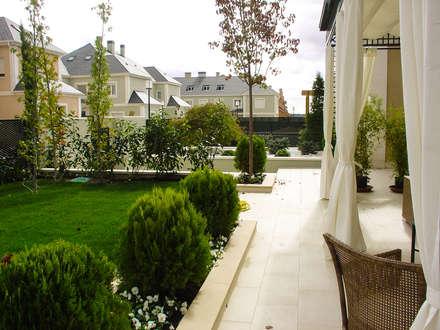 Aravaca: Jardines de estilo moderno de avidra