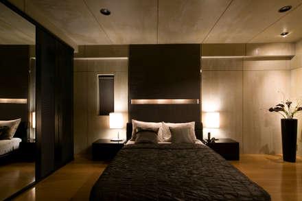 シンプルモダンなオフィス空間のある家: MACHIKO KOJIMA PRODUCEが手掛けた寝室です。