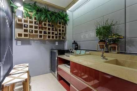 Cozinha do Estúdio da Estilista: Adegas modernas por Caio Prates Arquitetura e Design
