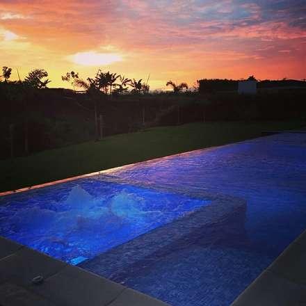 Piscina al anochecer: Piscinas de estilo moderno por Premier Pools S.A.S.