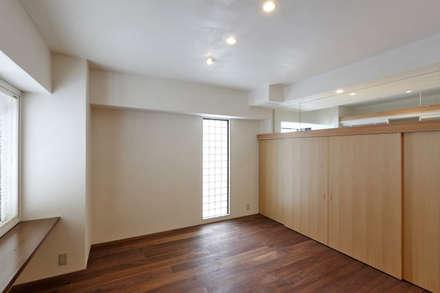 寝室: アーキシップス古前建築設計事務所が手掛けた寝室です。