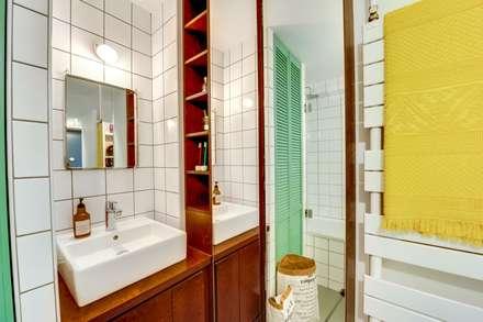 Paris 11: Salle de bains de style  par blackStones