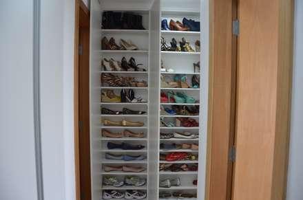 A sapateira: Closets modernos por Solange Figueiredo - ALLS Arquitetura e engenharia