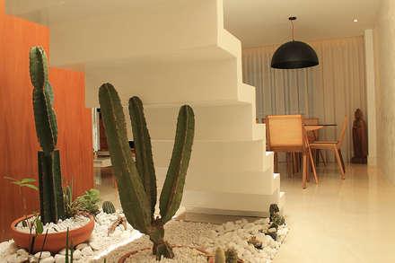Apartamento Botafogo: Corredores, halls e escadas modernos por Julia Queima Arquitetura