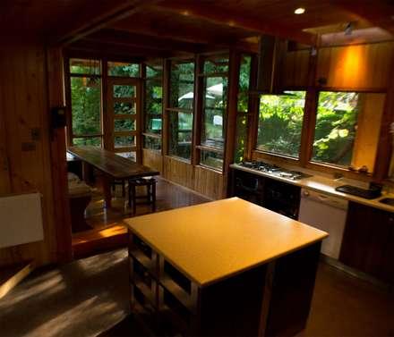 Meson Isla: Cocinas de estilo rústico por Vientos Arquitectura