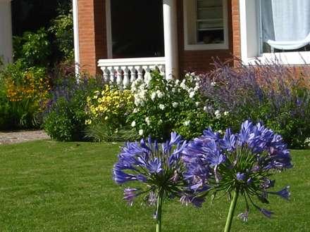 Algunos de nuestros trabajos en distintos countries y barrios: Jardines de estilo moderno por Estudio Parques