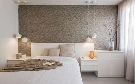 Papeles decorativos en el dormitorio principal: Dormitorios de estilo moderno de Laura Yerpes Estudio de Interiorismo