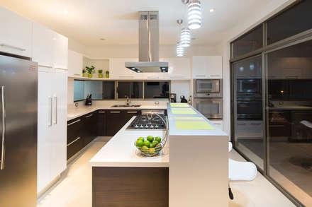Cocina: Cocinas de estilo moderno de J-M arquitectura