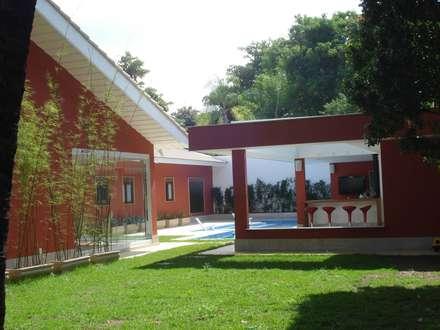 Jardines de estilo topical por GEA Arquitetura
