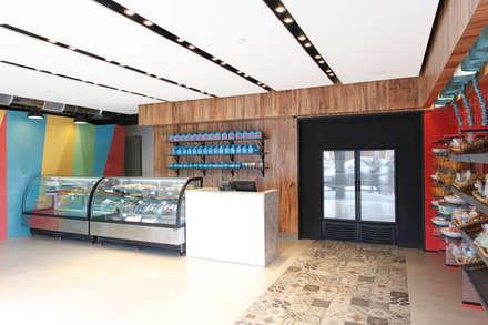 Pasteleria Tortatti: Locales gastronómicos de estilo  por Oneto/Sousa Arquitectura Interior