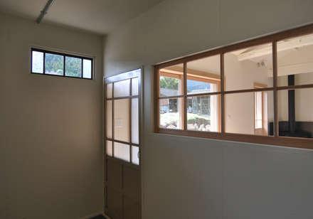 アンティーク建具と新しい建具: (株)独楽蔵 KOMAGURAが手掛けた窓です。