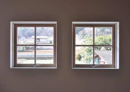アンティーク部材と塗装仕上げの家: (株)独楽蔵 KOMAGURAが手掛けた窓です。
