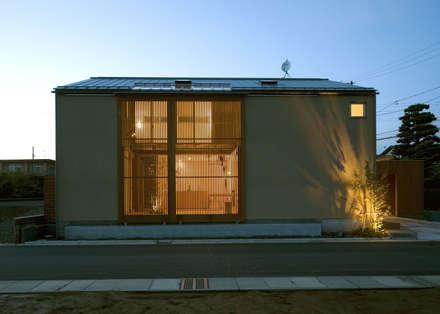 夕景1: LIC・山本建築設計事務所が手掛けた家です。