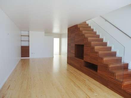 Sala de Estar/ Escada - DEPOIS: Corredores e halls de entrada  por GAAPE - ARQUITECTURA, PLANEAMENTO E ENGENHARIA, LDA