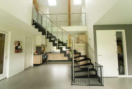 Stalen trap in vide: minimalistische Keuken door STUDIO = architectuur