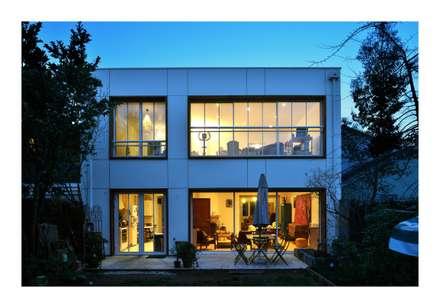Lili Wood: Maisons de style de style Moderne par AMBA