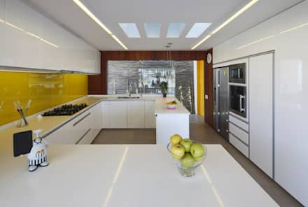 Casa P12: Cocinas de estilo moderno por Martin Dulanto