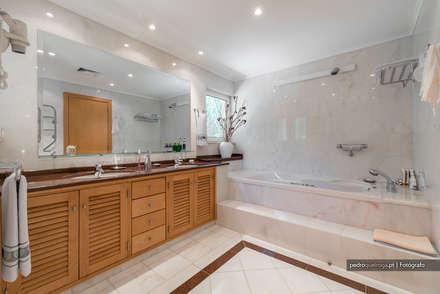 Interior Photography in Algarve: Casas de banho modernas por Pedro Queiroga | Fotógrafo