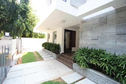 Main entrance: modern Garden by Ansari Architects