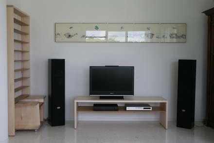Il ciliegio dentro: Sala multimediale in stile  di Studio Nicola Tessari