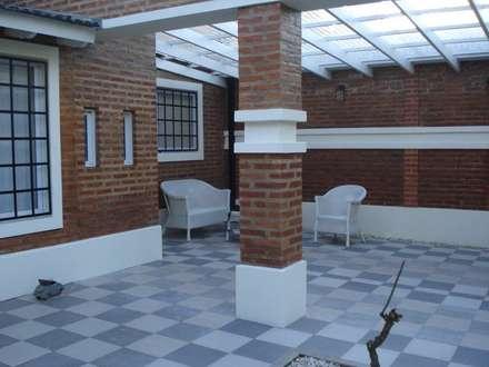 Vivienda Unifamiliar : Garajes de estilo clásico por ArquitectoRossiniTulio