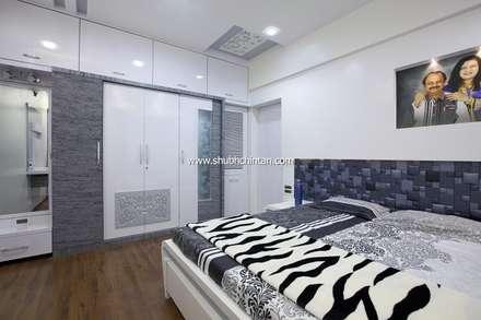 Master bed room : modern Bedroom by shubhchintan