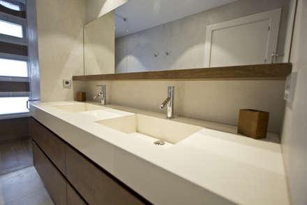 Reforma vivienda unifamiliar en Gijón: Baños de estilo moderno de Bocetto Interiorismo y Construcción